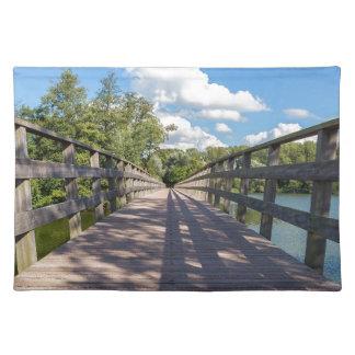 Lange hölzerne Brücke über Wasser von Teich Tischset