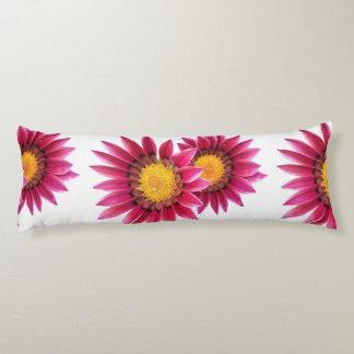 langes Kissen mit zwei rosa Blumen