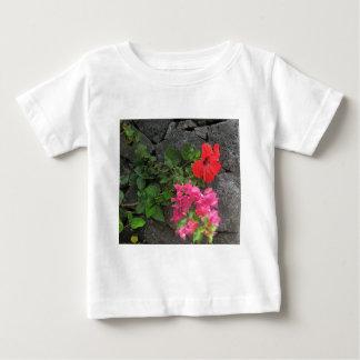 Lanzarote-Lava-Felsen mit Blumen Baby T-shirt