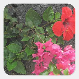 Lanzarote-Lava-Felsen mit Blumen Quadratischer Aufkleber