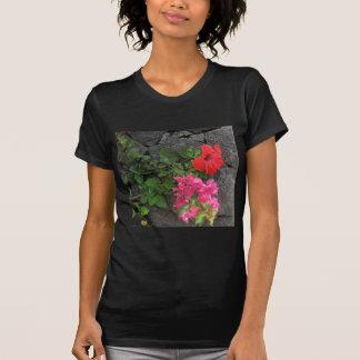 Lanzarote-Lava-Felsen mit Blumen T-Shirt