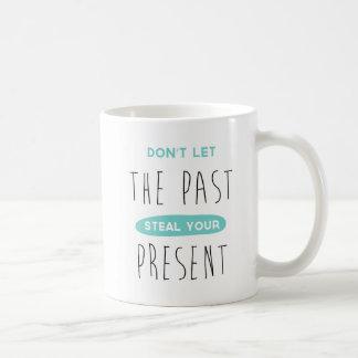 Lassen Sie die Vergangenheit Ihre anwesende Kaffeetasse