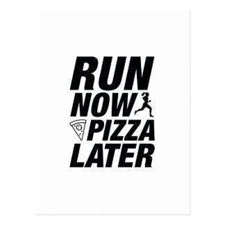Lassen Sie jetzt Pizza später laufen Postkarte