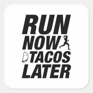 Lassen Sie jetzt Tacos später laufen Quadratischer Aufkleber