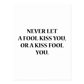 Lassen Sie nie einen Dummkopf Sie küssen oder Postkarte