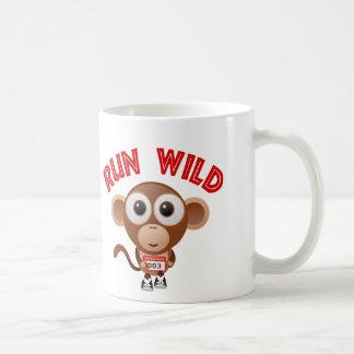 Lassen Sie wilden Affen laufen Kaffeetasse