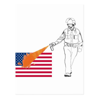 Lässiger Peppery Spray-Polizist mit Flagge Postkarte