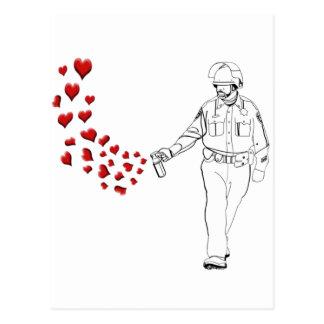 Lässiger Pfeffer-Spray-Polizist mit Herzen Postkarte