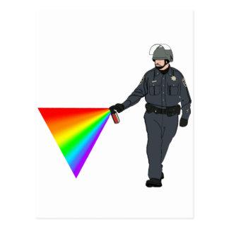 Lässiger Pfeffer-Spray-Polizist-Regenbogen mit Postkarte
