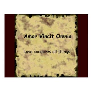 Latein Amor Vincit Omnia LIEBE EROBERT ALLE SACHEN Postkarte