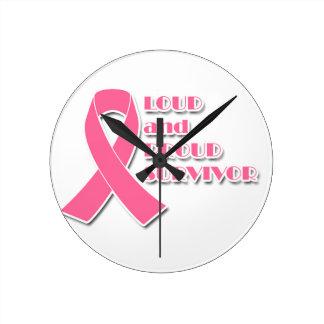 Lauter und stolzer Brustkrebs-Überlebender Runde Wanduhr
