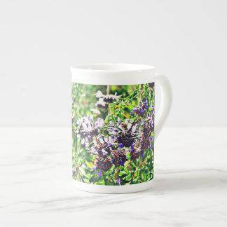 Lavendel in der Chrom-Knochen-China-Kaffeetasse Porzellantasse