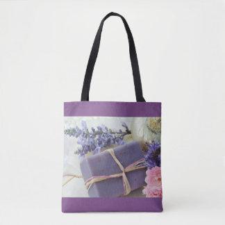 Lavendel-Schönheits-Bar mit Blumen Tasche