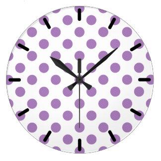 Lavendel-Tupfen auf Weiß Große Wanduhr