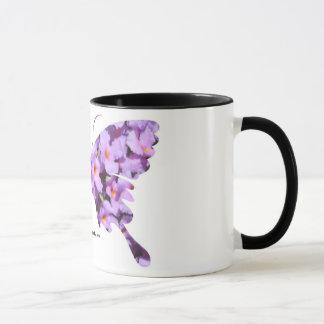Lavendellantana-Blumen auf einer Kaffee-Tasse Tasse