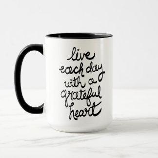 Leben jeder Tag mit einer dankbaren Herz-Tasse Tasse