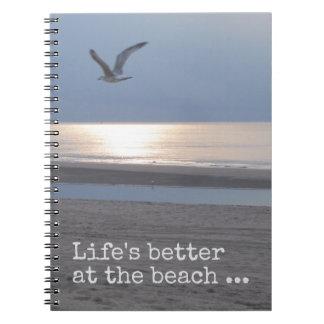 Lebens besser am Strand - Zitat Spiral Notizblock