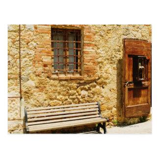 Leere Bank vor einer Wand, Monteriggioni, Postkarte