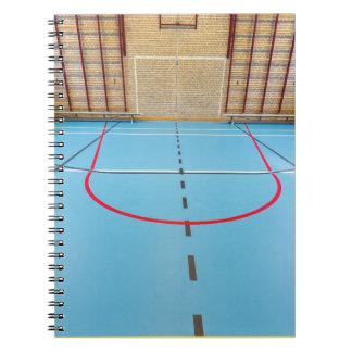 Leere europäische Turnhalle für Schulsport Spiral Notizblock