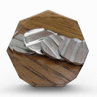 Leere metallische Münzen auf hölzerner Tabelle Auszeichnung