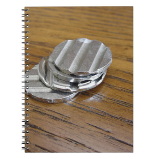 Leere metallische Münzen auf hölzerner Tabelle Notizblock