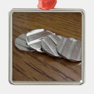 Leere metallische Münzen auf hölzerner Tabelle Quadratisches Silberfarbenes Ornament