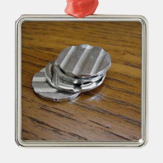 Leere metallische Münzen auf hölzerner Tabelle Silbernes Ornament