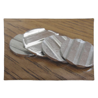 Leere metallische Münzen auf hölzerner Tabelle Tischset