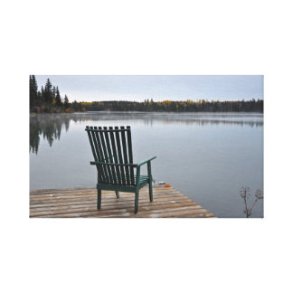 Leerer Stuhl auf Seeplattform Leinwanddruck
