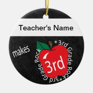 Lehrer stellt 3. Tafel des Grad-Felsen-| her Keramik Ornament