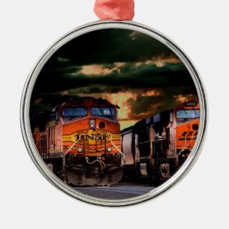 Leistungsfähige Lokomotiven bereit zu schleppen Silbernes Ornament