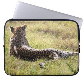 Leopard, der bei seinem zurück zu der Kamera liegt Laptop Sleeve