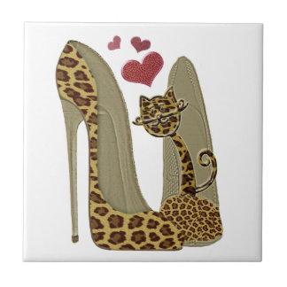Leoparddruck Stilett-Schuhe und niedliche Fliese