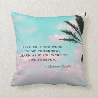Lernen Sie, als ob Sie… Gandhi Zitat-tropisches Kissen