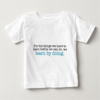 Lernen Sie, indem Sie tun Baby T-shirt
