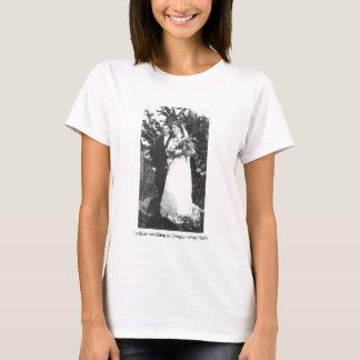 Lesbische Hochzeit in Oregon circa 1920 T-Shirt