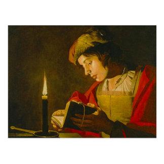 Lesung des jungen Mannes durch Kerzenlicht Postkarte