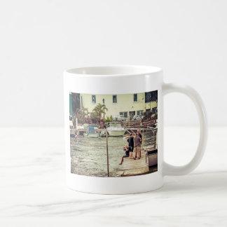 Leute auf dem Pier 1 Kaffeetasse