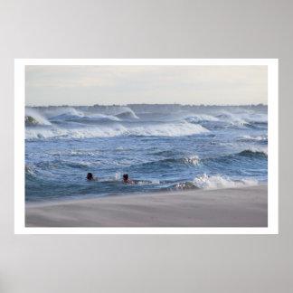 Leute, die im Ozean schwimmen Poster