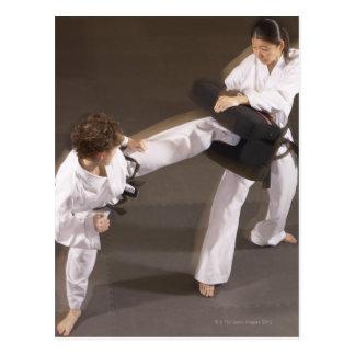 Leute, die Taekwondo üben Postkarte