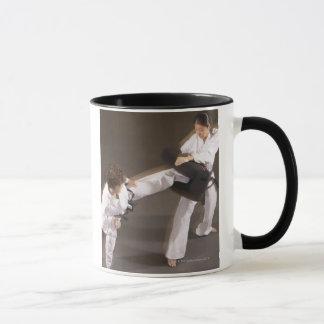 Leute, die Taekwondo üben Tasse
