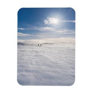 Leute, die über Schnee, Island gehen Magnet