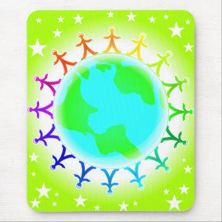 Leute vereinigt auf Weltkugel Mousepads