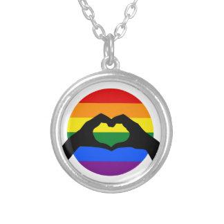 LGBT Gay Pride-Regenbogen-und Herz-HandSilhouette Versilberte Kette