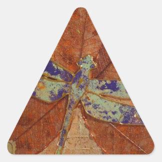 Libelle im Veilchen Dreieckiger Aufkleber