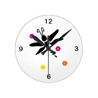 Libelle und Blumen Runde Wanduhr