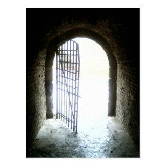 Licht auf Tür am Ende des langen dunklen Catacom Postkarte