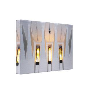 Licht, das durch Kirchen-Windows-Entwurf glänzt Leinwanddruck
