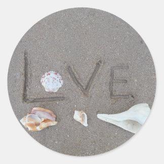 Liebe auf dem Strand mit Muscheln Runde Aufkleber