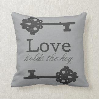 Liebe hält den Schlüssel Kissen